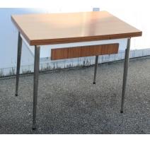 Table de cuisine en formica avec un tiroir