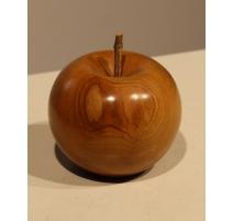 Pomme en bois sculpté