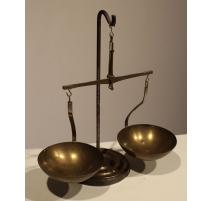 Balance à deux plateaux en laiton et fer