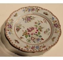 Assiette festonnée en porcelaine décor de fleurs