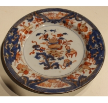 Assiette en porcelaine décor d'attributs de lettré