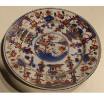Assiette en porcelaine décor vases