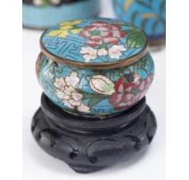 Boite cloisonnée décor fleurs, fond bleu