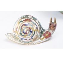 Escargot cloisonné décor de fleurs sur fond blanc