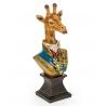 Busto de una jirafa en uniforme de resina