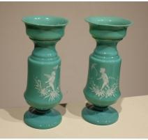 Paire de vases en opaline verte décor anges