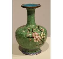 Vase cloisonné décor de fleur sur fond vert