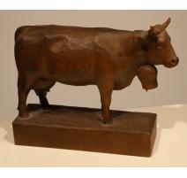 Vache en bois sculpté par Walter STÄHLI