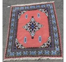 Tapis marocain en laine rose bordure bleue