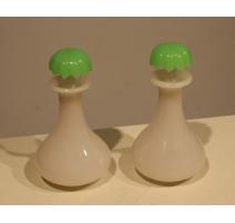 Paire de flacons en opaline verte et blanche