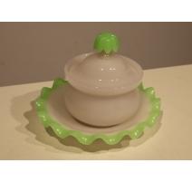Bonbonnière en opaline verte et blanche