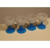 Suite de 4 verres en opaline blanche et bleue
