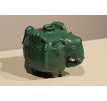 Eléphant en céramique vernisée verte