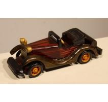Voiture miniature en bois sculpté