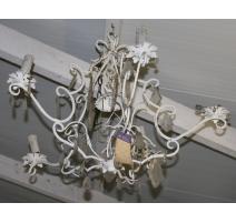Lustre en fer peint blanc et cristaux, à 5 bras