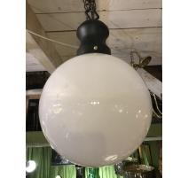 Lustre boule en opaline blanche