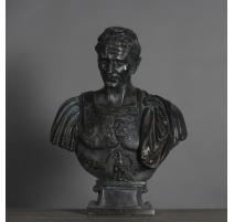 Buste de César en résine patinée noire