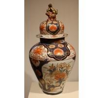 Vase couvert, décor de fleurs en porcelaine Imari