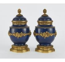 Paire de pots-pourris style Louis XVI bleus
