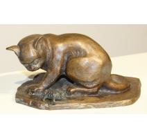 Bronze Chat jouant avec une tortue