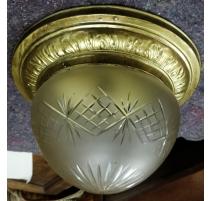 Plafonnier en laiton et globe en verre gravé