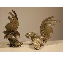 Paire de coqs de combat en bronze argenté