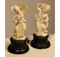 Paire de Danseuses en ivoire sculpté (réparé)