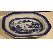 Plat en porcelaine bleu et blanc décor paysage