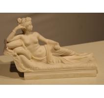Femme allongée en marbre blanc moulé