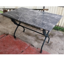 Table en marbre noir veiné piétement col de cygne