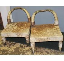 Paire de chauffeuses en cornes et assise en cuir