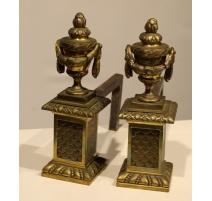 """Paire de chenets """"Aux cassolettes"""" en bronze"""