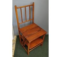 Chaise-escabeau en bois teinté