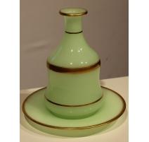 Carafe avec assiette en opaline verte et or