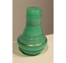 Carafe avec verre en opaline verte et or