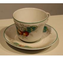 Tasse et sous-tasse en porcelaine motif pomme