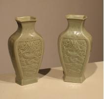 Paire de vases céladon décor Dragon