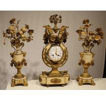 Pendule et deux bougeoirs en tôle beige et bronze
