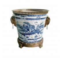 Cache-pot bleu blanc avec montures en bronze