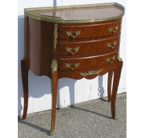 Commode demi-lune.