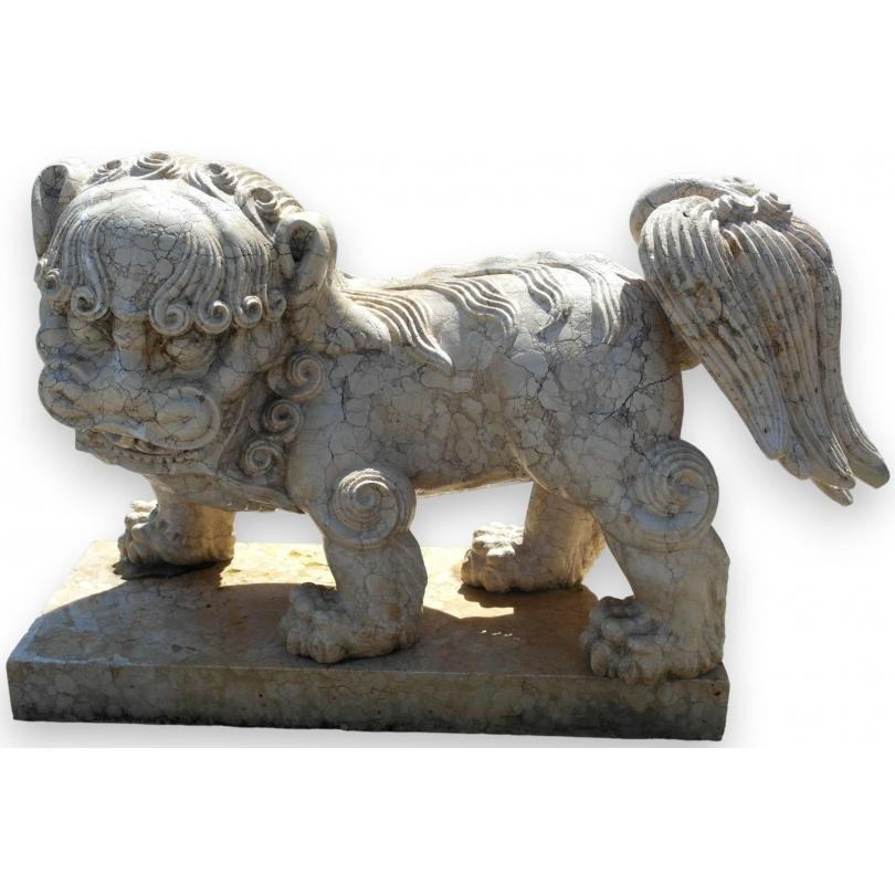 Chien de Fô en marbre blanc sculpté