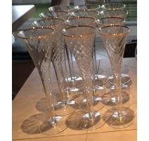 Suite de 12 flutes à champagne avec bordure dorée