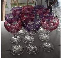 Suite de 12 verres à vin en cristal gravé rose