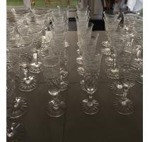 Suite de 47 verres en cristal moulé