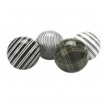 Suite de quatre boules en porcelaine