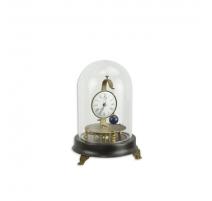 Pendule mécanique sous un globe en verre