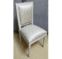 Suite de 12 chaises style Louis XVI laquées blanc