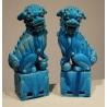 Paire de chiens en faïence émaillée bleue