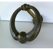 Marteau de porte en forme d'anneau.
