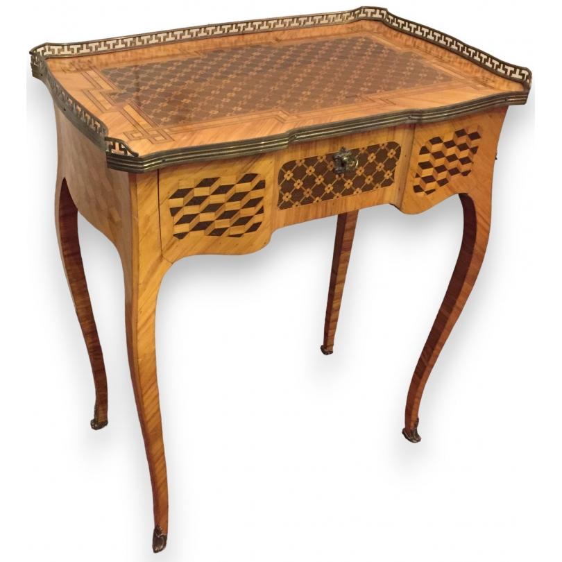 Table coiffeuse Louis XV marquetée.